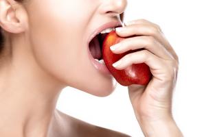りんご噛む